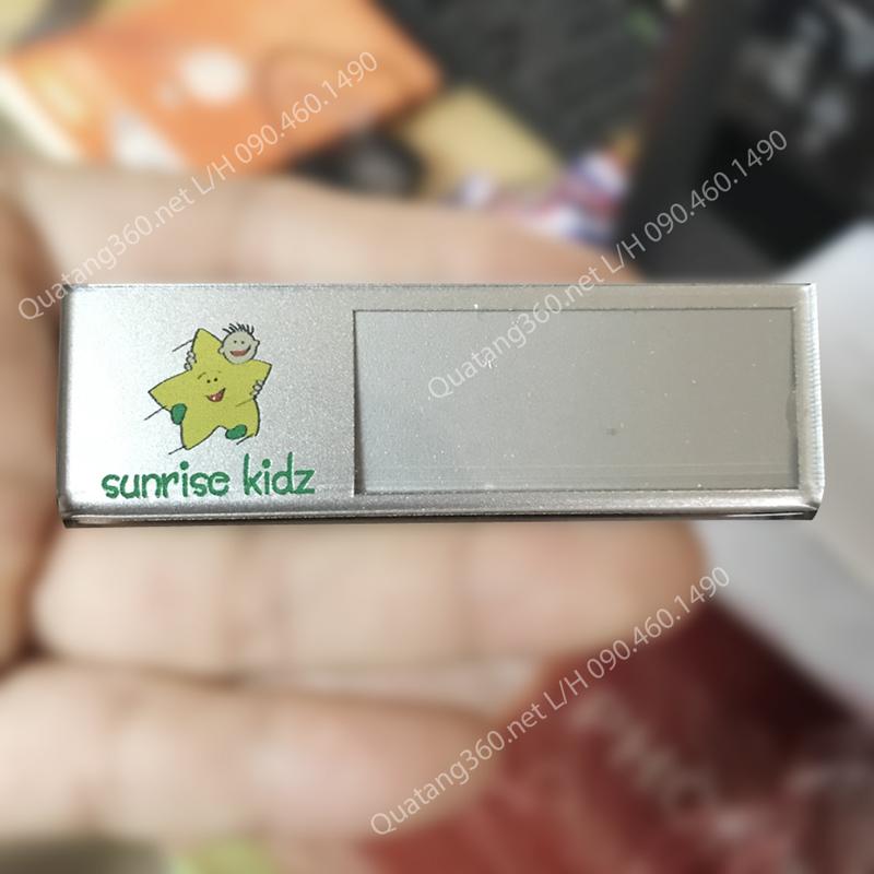 Thẻ nhân viên mica thay tên phủ nhũ bạc
